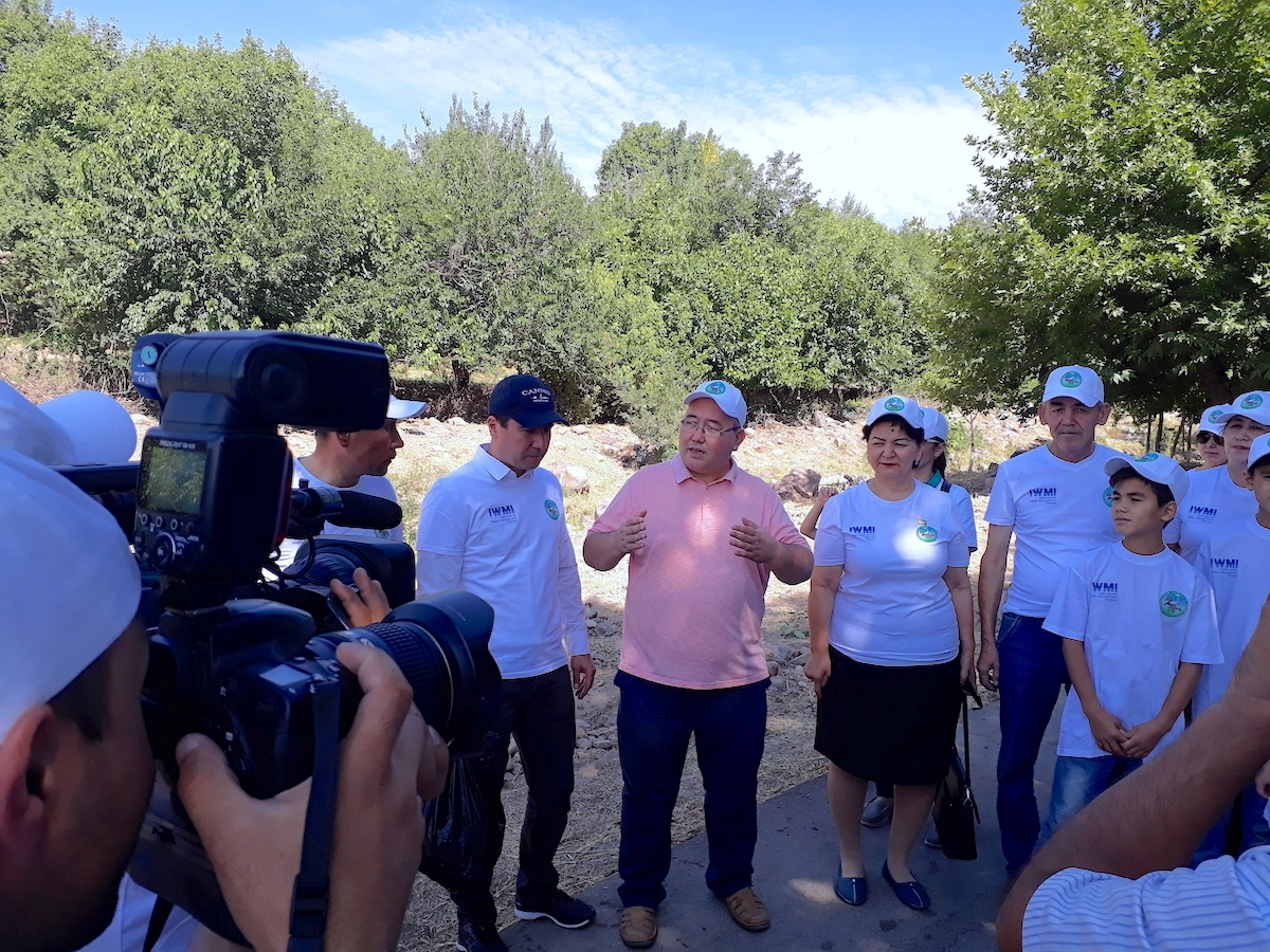IWMI's Kakhramon Djumaboev raising awareness for youth about the importance of saving water and maintaining a clean environment. Uzbekistan National News Agency